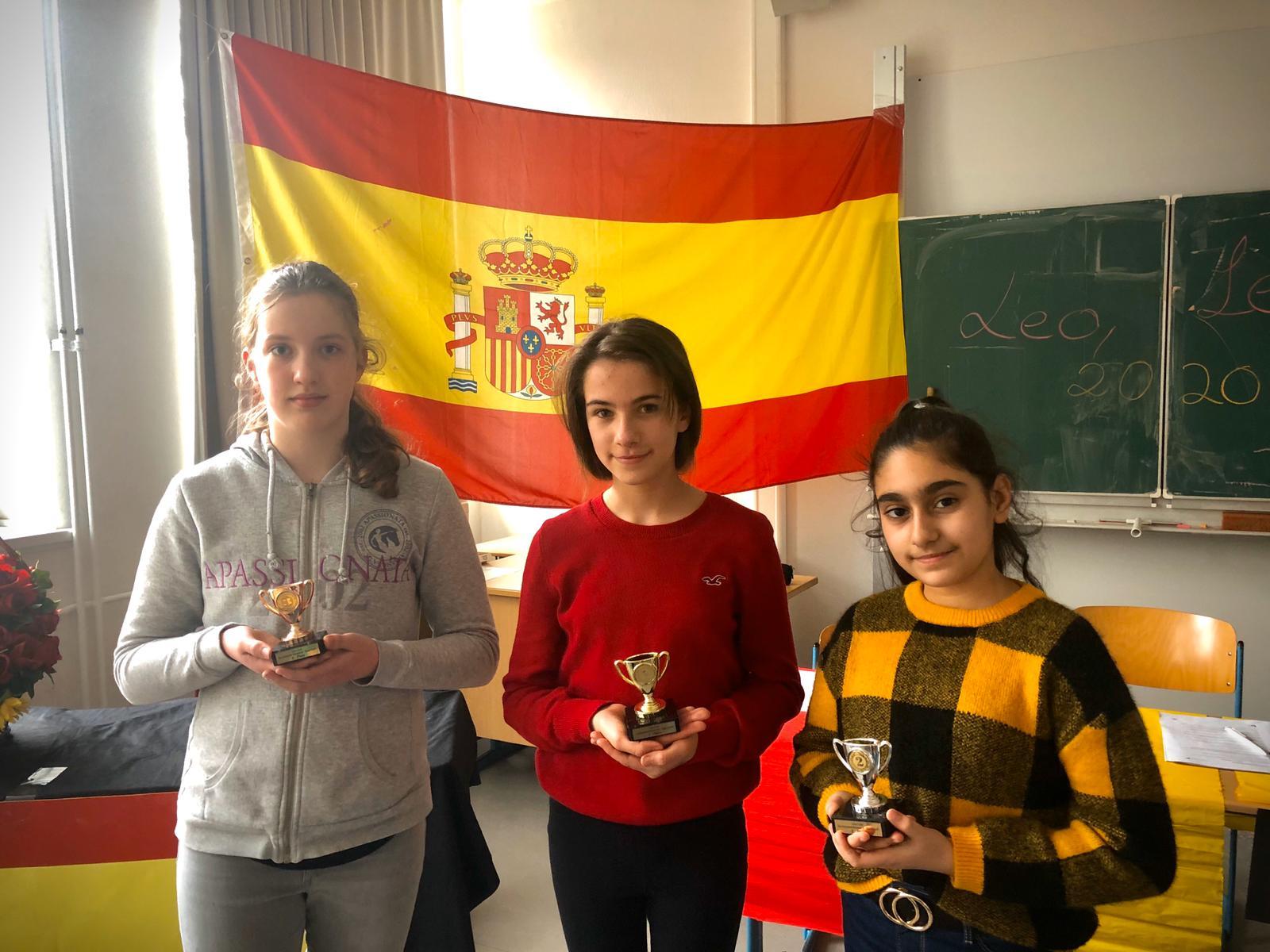 Drei Schülerinnen freuen sich über ihre Pokale
